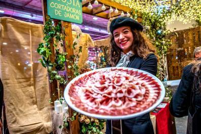 Una cortadora de jamón mostrando un plato de jamón recortado