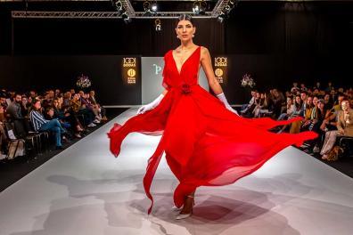 Modelo desfila con un vestido de novia rojo