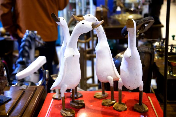 esculturas simulando patos