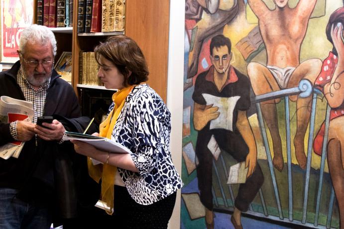 visitantes argumentando las obras de arte