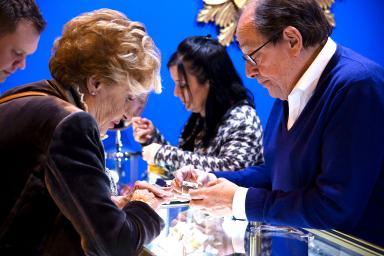 visitantes probando anillos