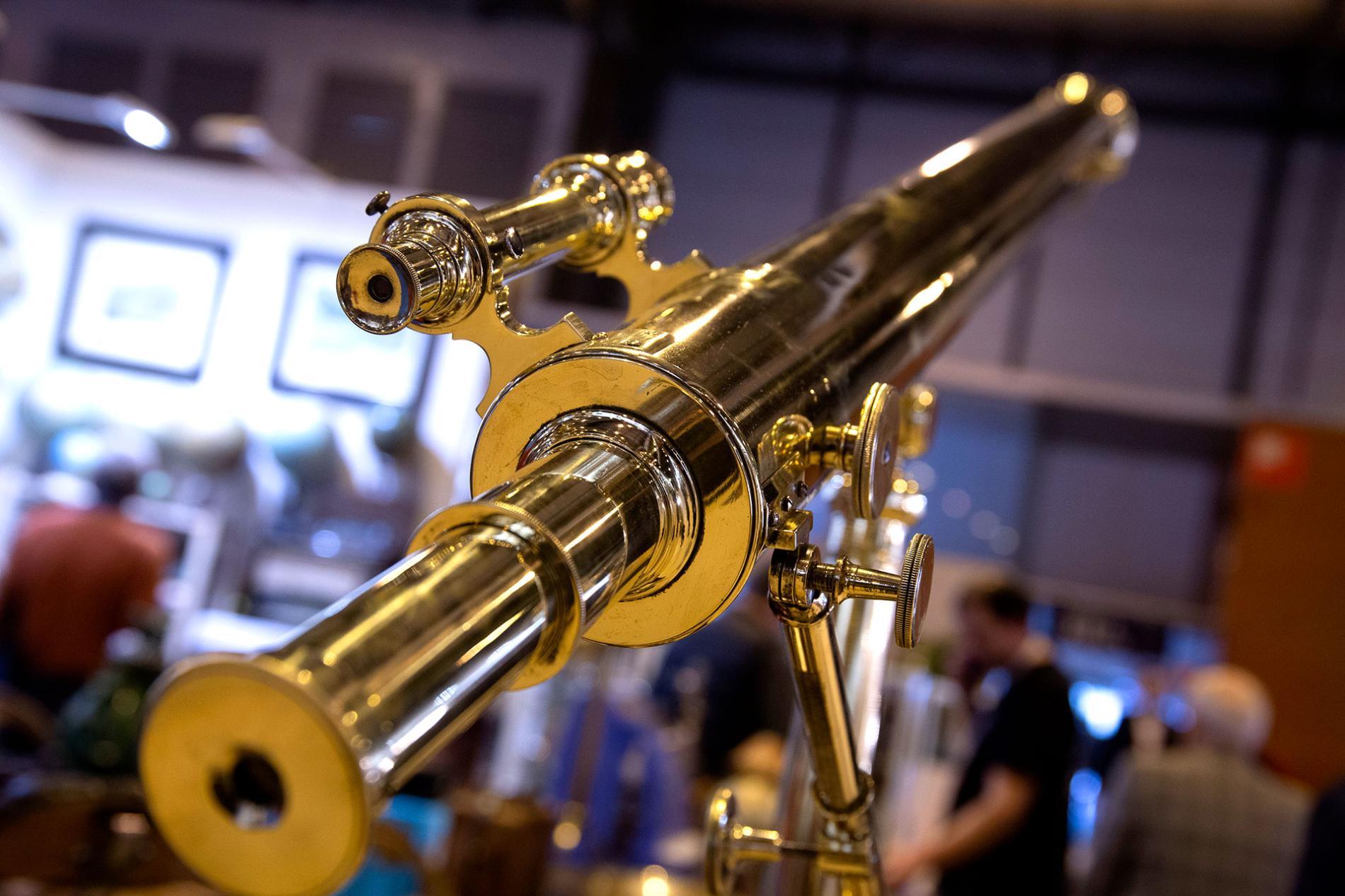 telescopio expuesto en Almoneda