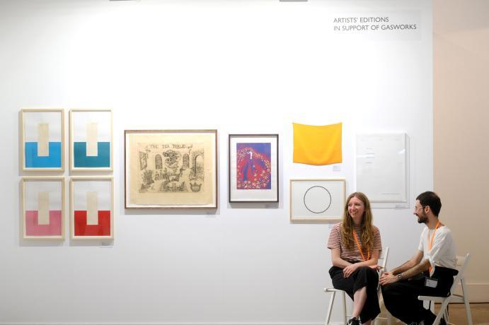 2 personas sentadas en una galeria de arte