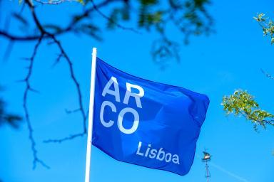 Bandera azul con el logo de Arco Lisboa
