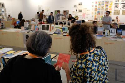 Dos mujeres observando un folleto de la feria