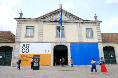 Fachada del edificio que acoge la exhibición