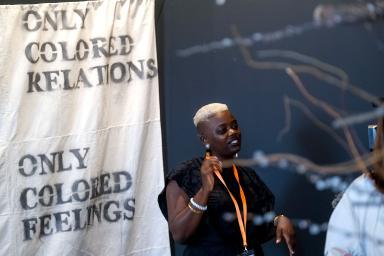 Mujer de raza negra frente a una obra de arte