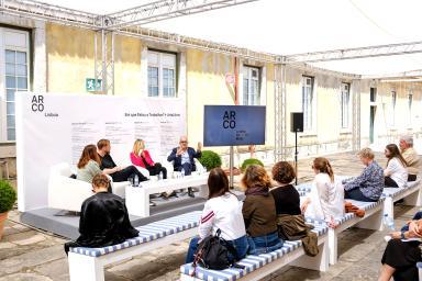 Ponentes hablando al público de la exposición