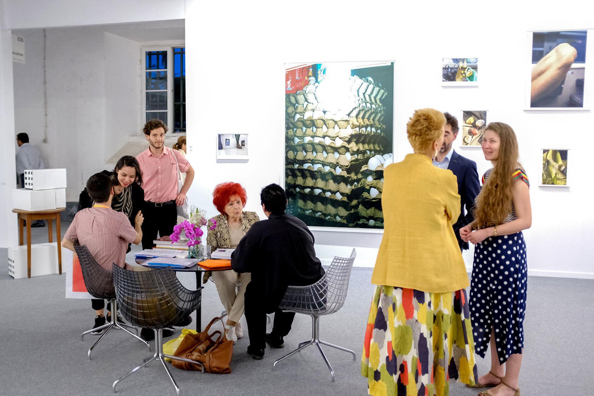 Artistas e invitados hablando durante la exposición