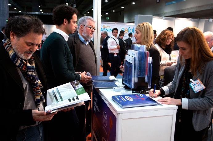 profesionales del sector mirando folletos