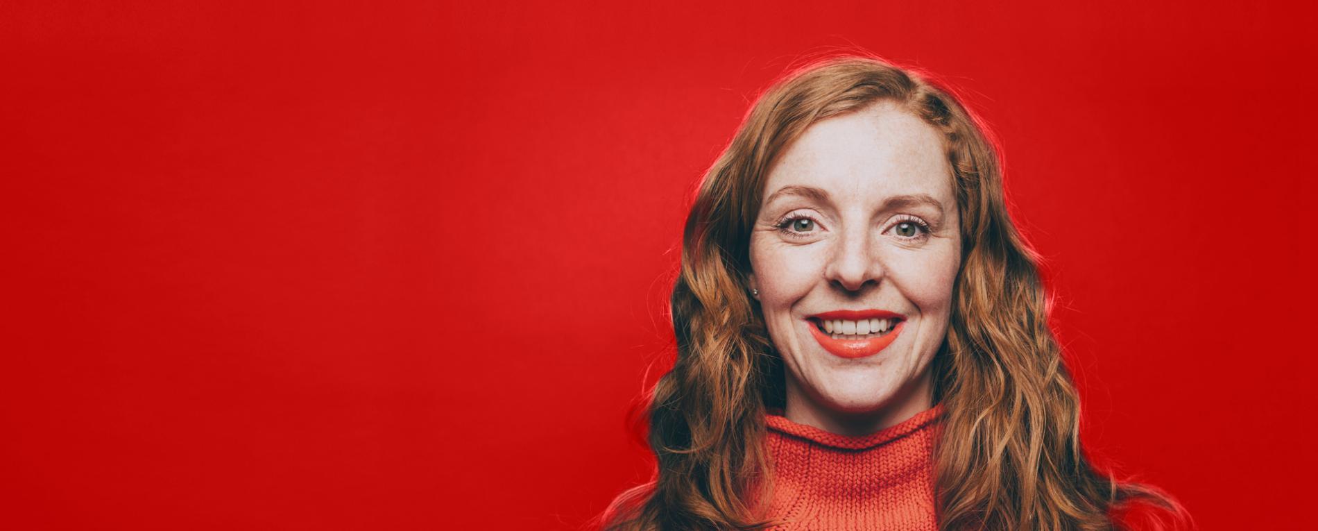 Mujer sonriendo vestida de rojo