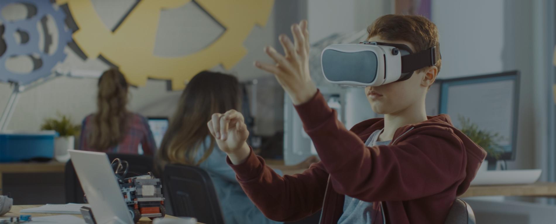 Niño en clase probando la realidad virtual