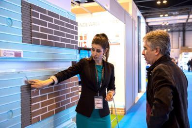 Expositora mostrando ladrillos de construcción