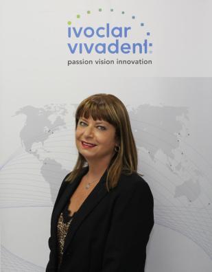 Sonia Gomara, presidenta del Comité organizador de EXPODENTAL, posa bajo la marca de su empresa Ivoclar Vivadent