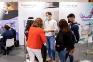 Expositor mostrando un producto a un visitante