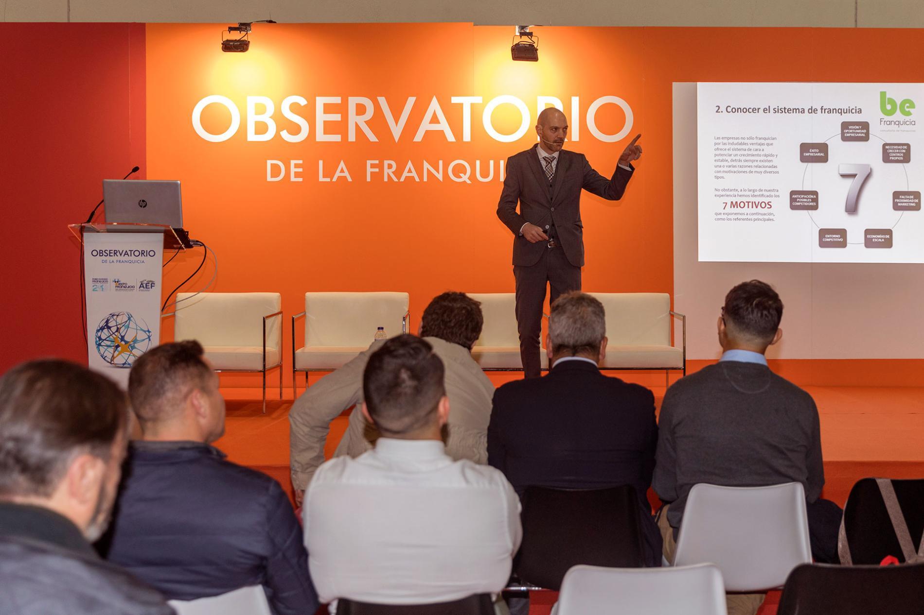 Especialista en franquicias dando una charla en el observatorio de la franquicia