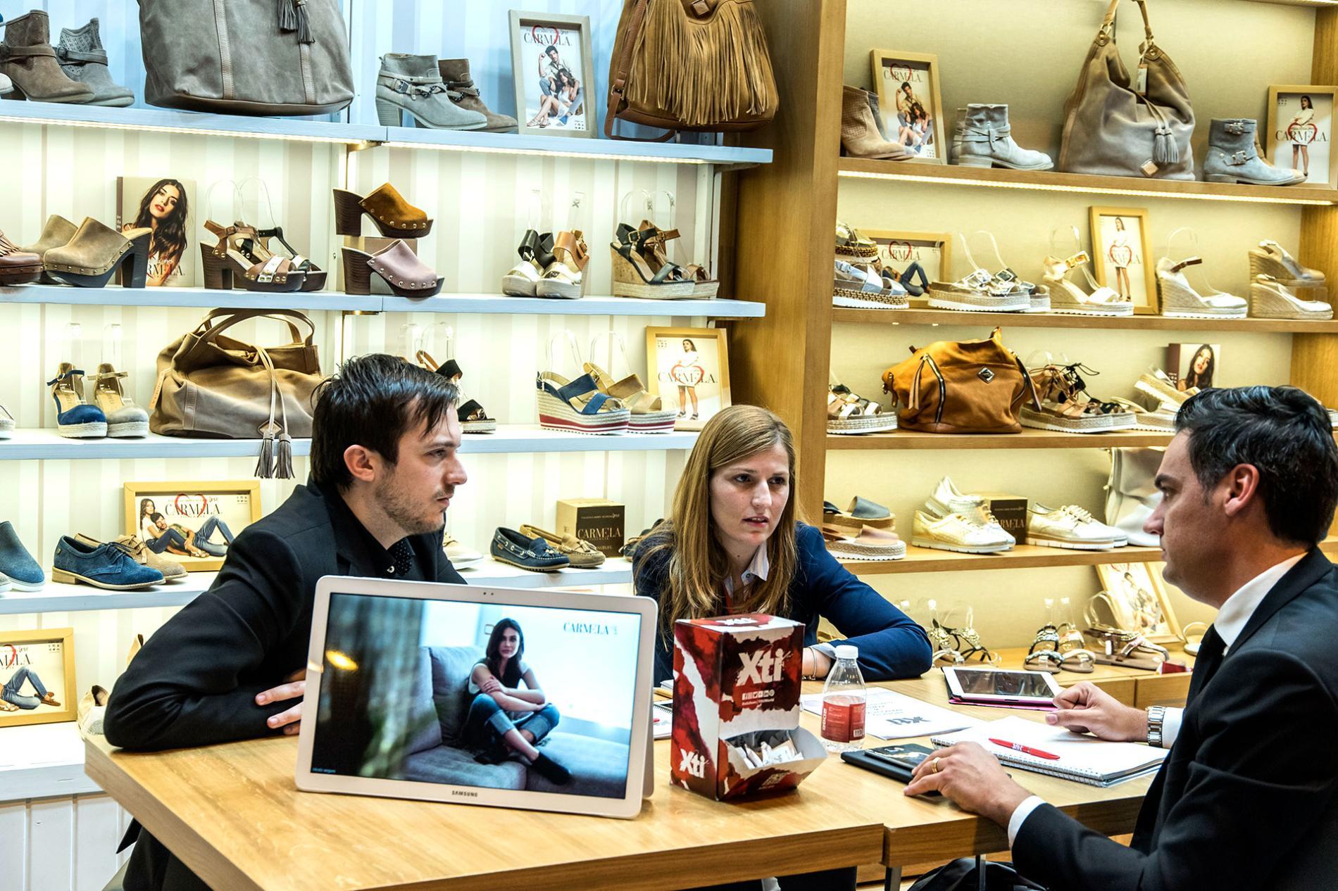 Hombre y mujer en una franquicia de zapatos