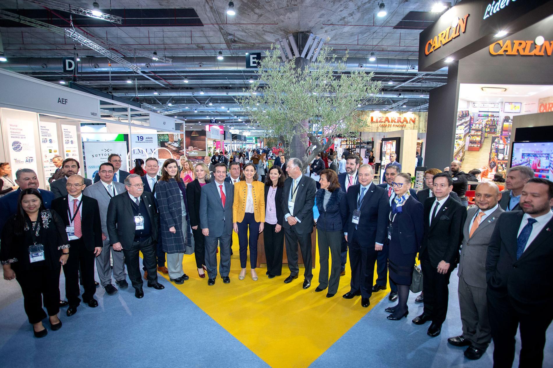 Ministra de Industria, Comercio y Turismo, Reyes Maroto junto a distintas personalidades de la feria