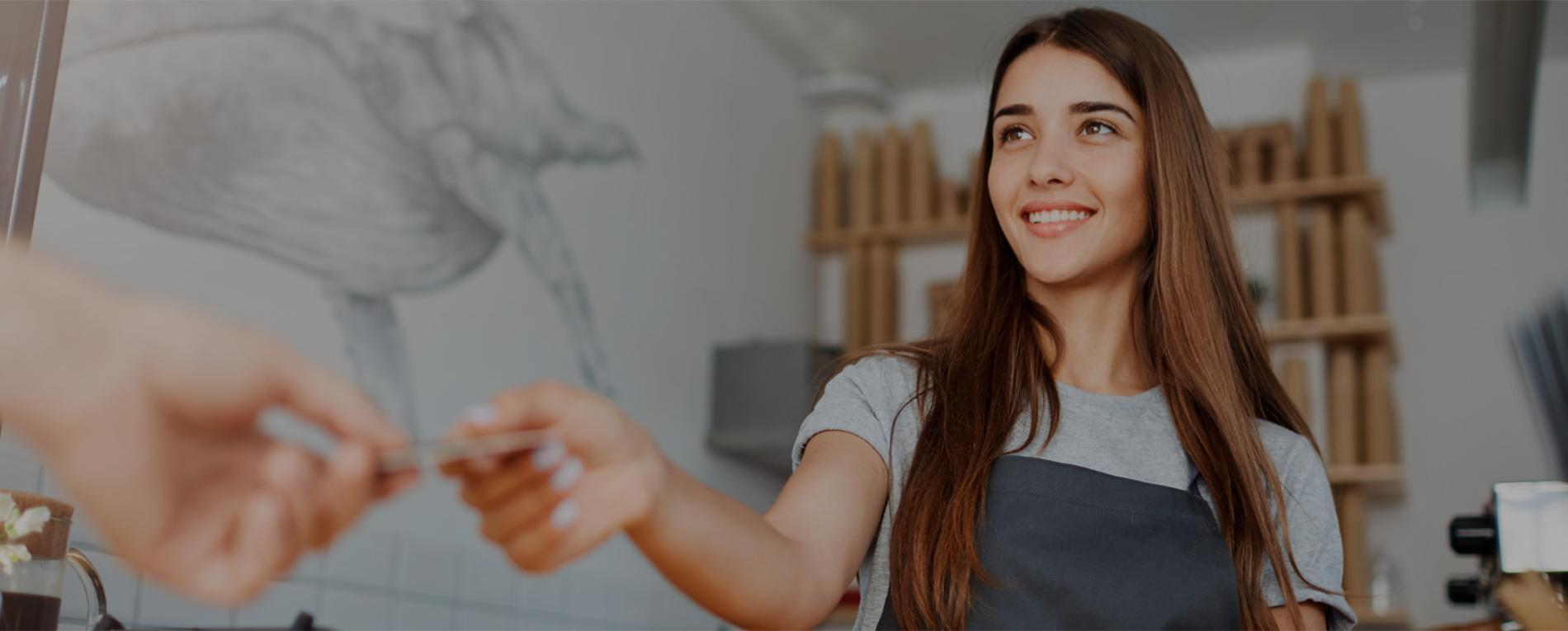 Mujer trabajando en una franquicia de cafeterías
