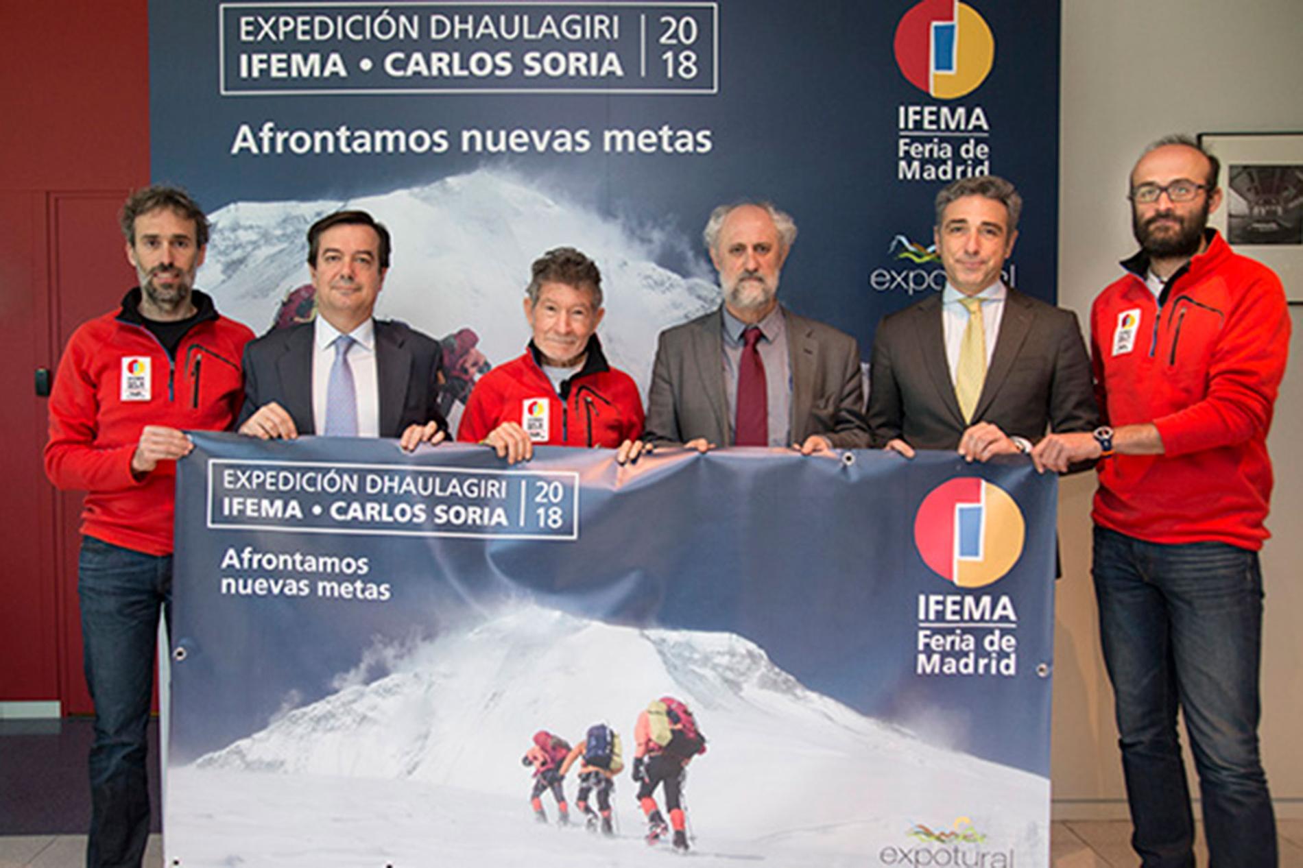 El alpinista Carlos Soria junto con patrocinadores de la expedición