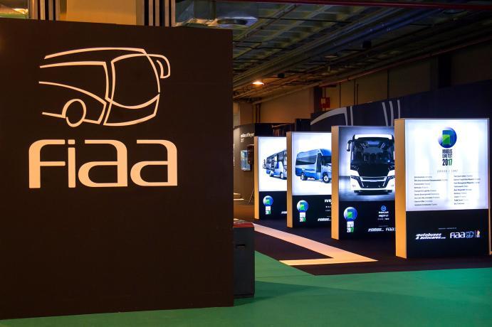 Exposición de autobuses y autocares