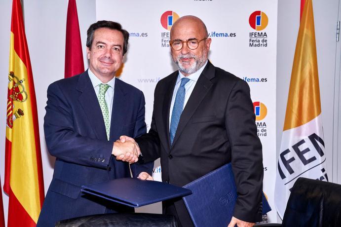 El Director General de IFEMA y el Presidente de Spain Film Commission, se estrechan la mano tras la firma del acuerdo para organizar FITUR SCREEN 2020