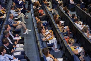 Auditorio repleto de personas formándose