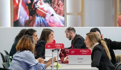 Expositores reunidos en una mesa redonda