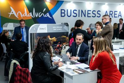 Expositores en un stand de Andalucía en Fitur