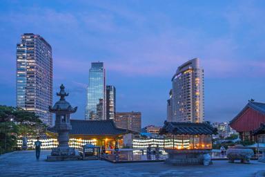 Imagen del antiguo templo Bongeunsa en Seul (Corea) en el centro de un paisaje urbano de vidrio y acero