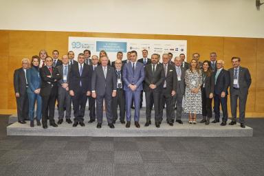 Posado de las  autoridades participantes en el Foro Exceltur, entre las que se encuentra el Presidente del Gobierno Pedro Sánchez, en el  centro de la imagen.