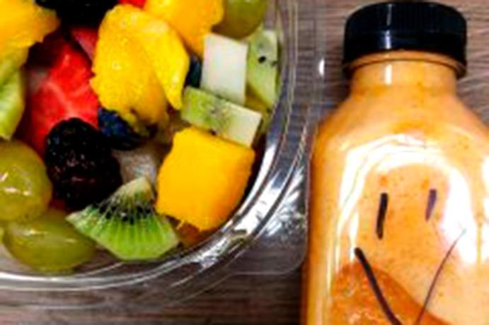 Bol con frutas y zumo de naranja