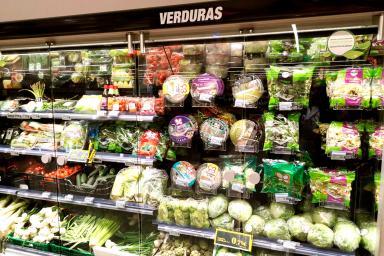 Expositor de frutas y verduras envasadas en el supermercado ok