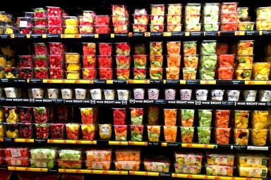 expositor con frutas y verduras frescas envasadas