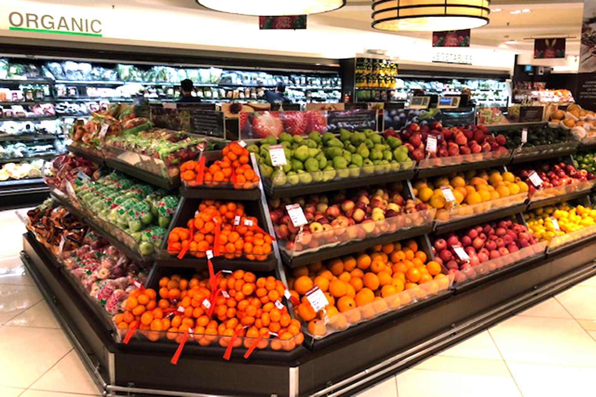 expositor de frutas en un supermercado
