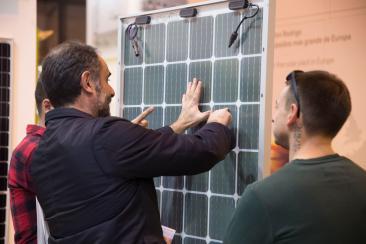 Varios profesionales en un stand de paneles solares en GENERA, la feria de energía y medio ambiente