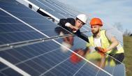 Ingenieros observando una placa solar