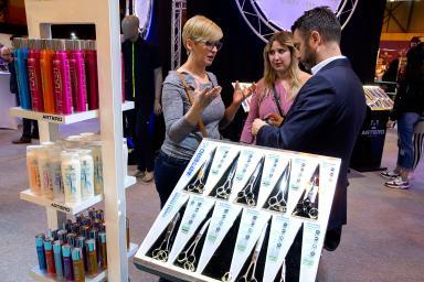 grupo de personas informándose de productos de peluquería para mascotas
