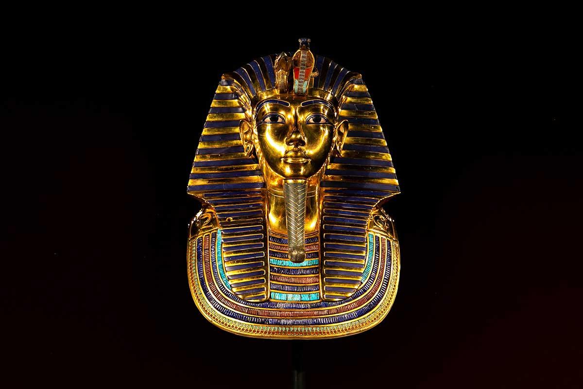 Busto del Faraón Tutankhamon sobre fondo negro