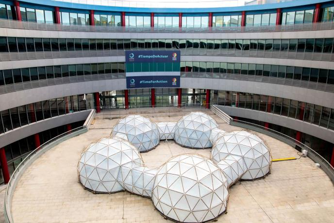Los 'Pollution Pods', de Michael Pinsky, en el patio central de IFEMA
