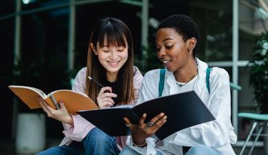 Chicas estudiando para un examen