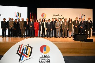 Foto de familia 'Crónica cuatro décadas de IFEMA'