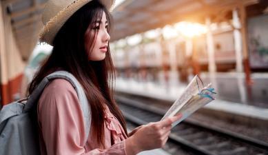 Mujer observando un mapa