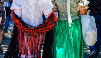 Mujeres vistiendo el vestido típico madrileño