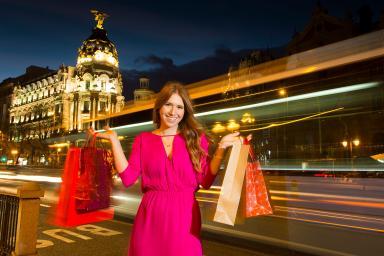 Turista de compras por Madrid