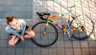 Chica posando junto a una bicicleta