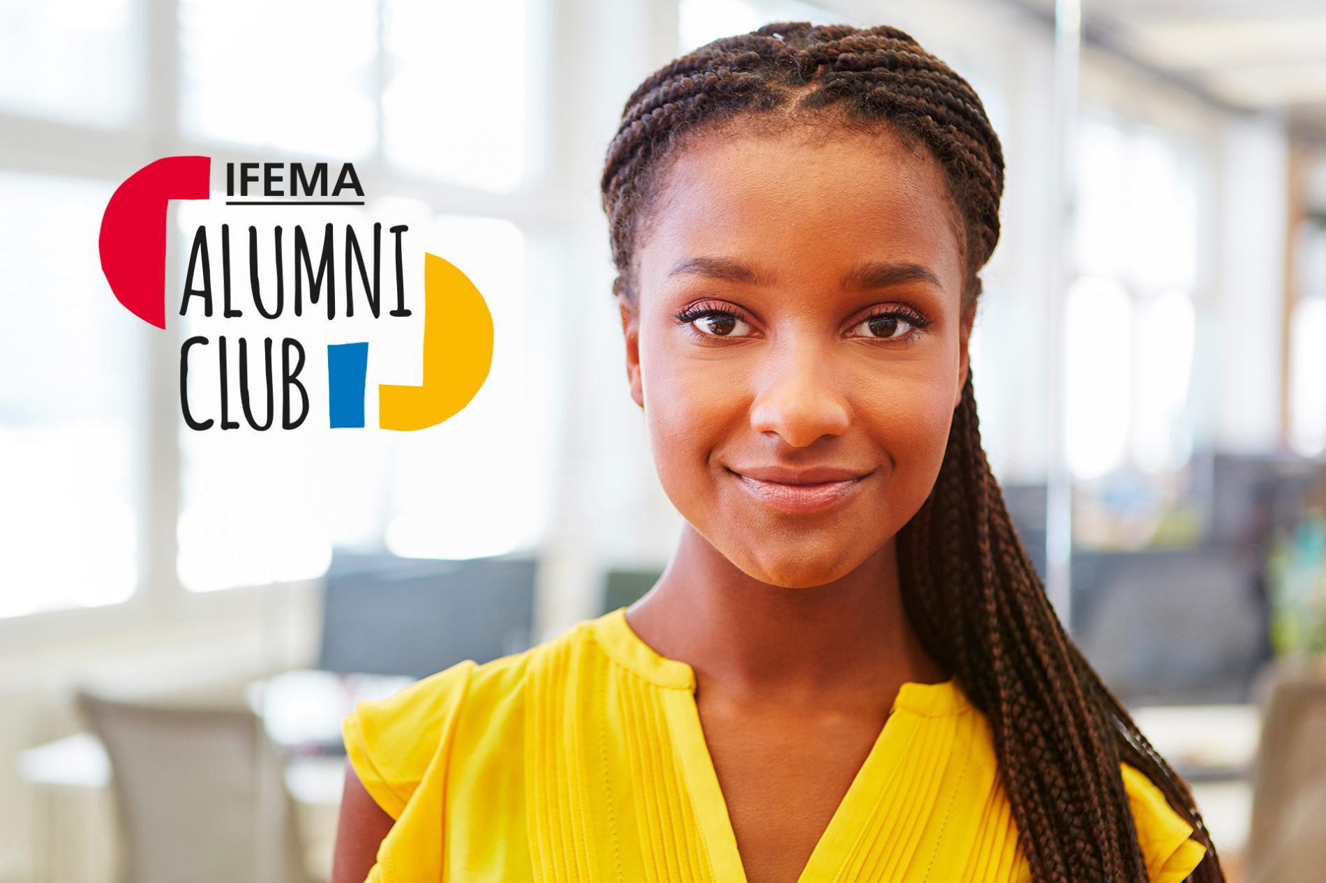 Chica joven junto al logo de Alumni Club de Ifema