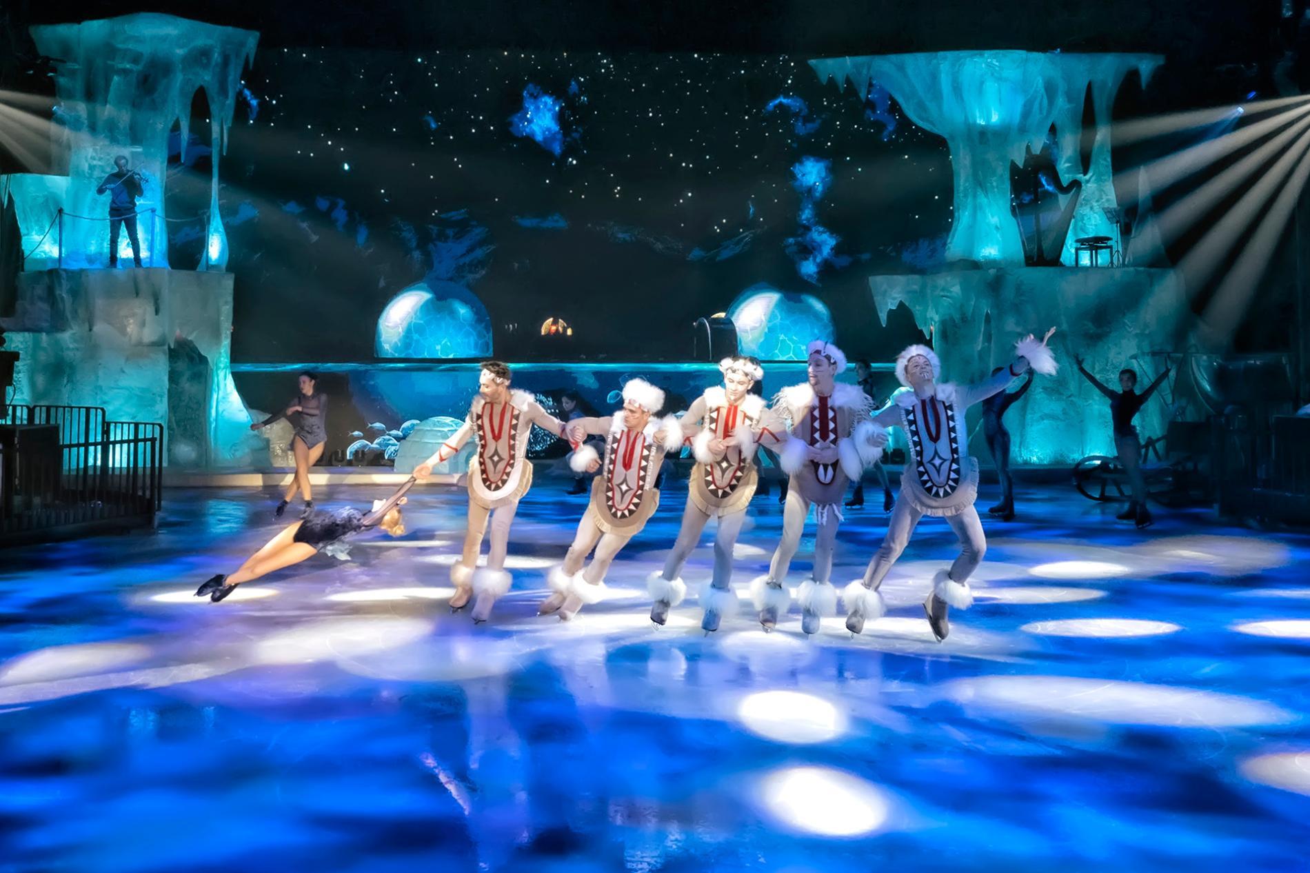 Patinadores sobre hielo durante el espectáculo