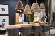 Salón con lámparas originales
