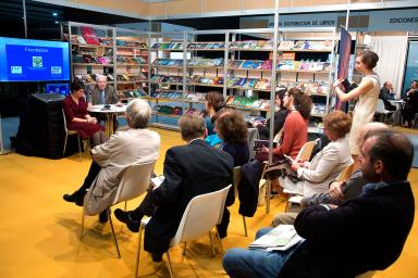 conferencia de una autora de libro expuesto en Liber